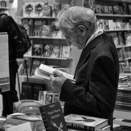 uomo-in-libreria
