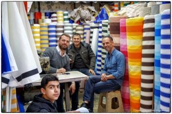 Venditori di stoffe al bazar di ismir