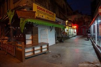 veduta notturna del bazar di Izmir