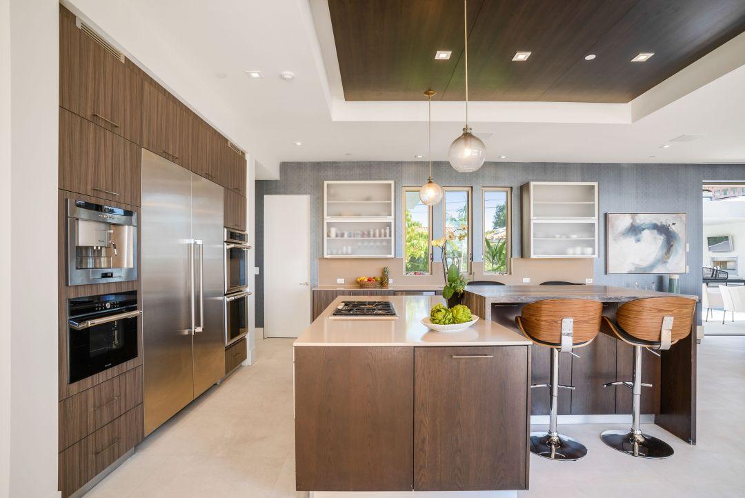 Modern kitchen by celebrity interior designer Lori Dennis in Manhattan Beach house