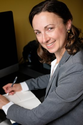 Headshot of freelance copywriter, editor, and German-to-English translator Lori Straus