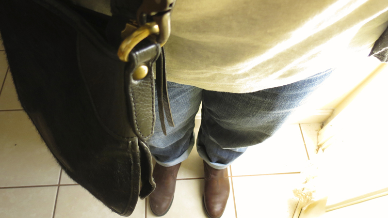 crossbody-bag-and-boyfriend-jeans