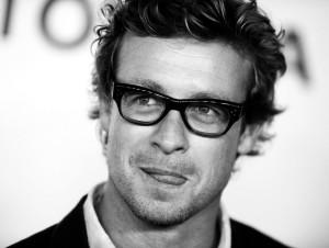 simon-baker,-uomo-con-gli-occhiali,-foto-in-bianco-e-nero-225587