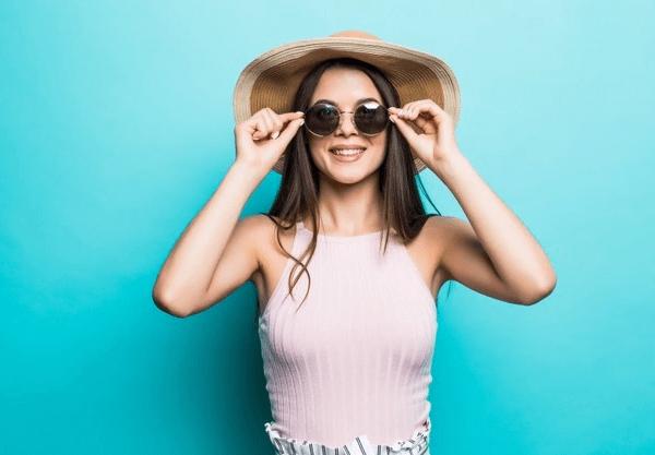Occhiali da sole, meglio se avvolgenti per fermare i raggi UV anche ai lati