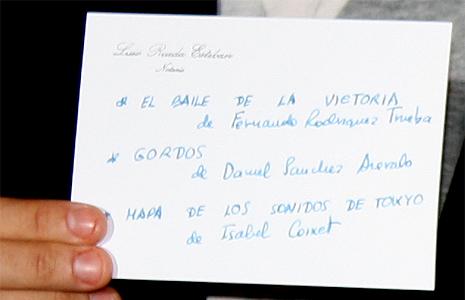 Raúl Arévalo muestra la tarjeta con la terna finalista a los Oscar