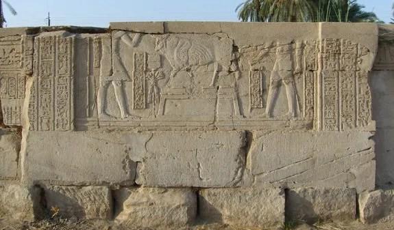 El emperador Trajano(98-117 d.C.) realizando una ofrenda a Bujis en Medamud