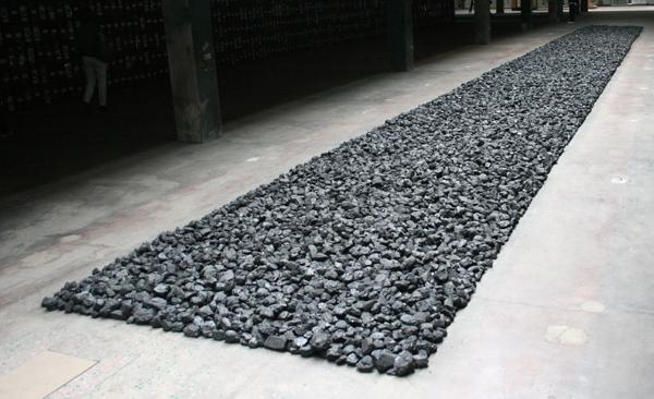 Richard Long - Bolivian Coal Line - 228x2600cm Steenkool