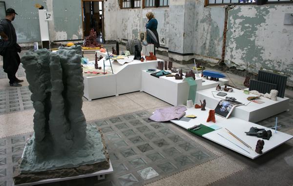 Emre Huner - A Little Larger Than The Entire Universe - Installatie met hout, keramiek, staal, verf, schuim, print op hout, lithografie op papier, potlood op lithosteen en gevonden materiaal
