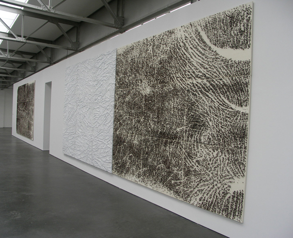 Pine d'acacia e pelle di marmo (Doornen van Acacia en huid van marmer) - Canvas, eitempera, zijde, acacia doornen en Carrara marmer.jpg