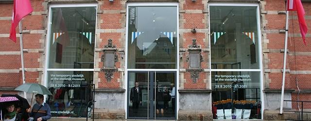 Het meest onbewust voorbij gelopen en niet herkende werk in het Temporary Stedelijk is van Stanley Brouwn. Related