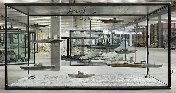Aratat - 290x550x230cm Negen bootjes van lood, draad, olie, acrylverf, shellak, klei op canvas in een vitrine van glas en staal