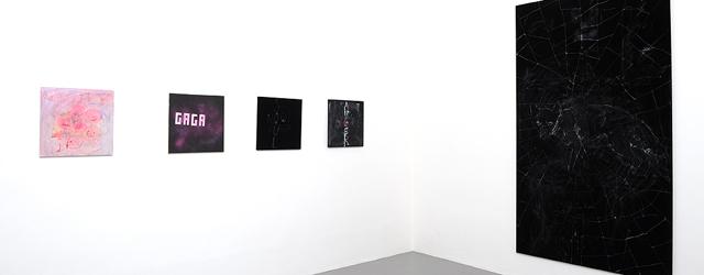 Het kon niet uitblijven, een kunstenaar die een tentoonstelling over Lady Gaga maakt. Het werk is dan ook net zo doorspekt met platte symboliek en platte uitspraken. Daar gaan we […]