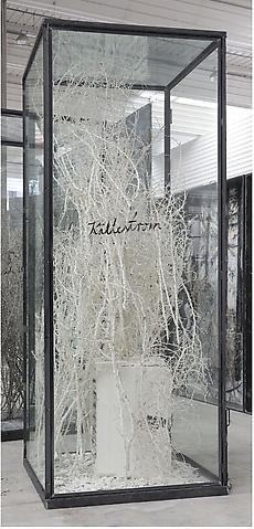 Kaitestrom - 322x130x130cm Geplastificeerde verbande struik, oven, wassen ijsblokjes in een vitrine van glas en staal