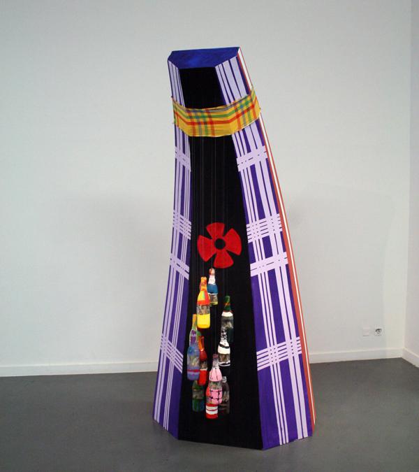 Ken Doorson - Twaalufu Lo Fu Un Gaanman (De twaalf clans van het grootopperhoofd) - 250x120x90cm Hout, textiel en glas