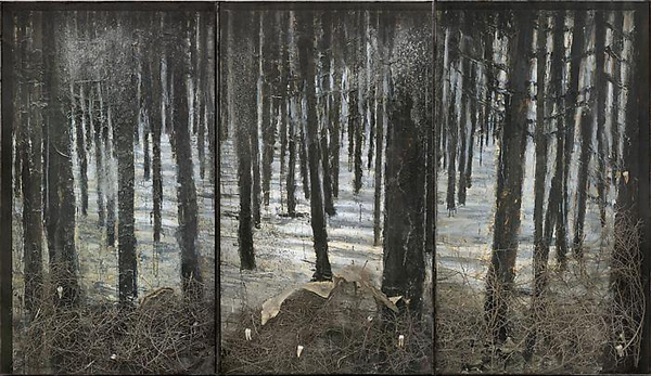 Winterwald - 332x576cm Olieverf, acrylverf, shellak, as, stukjes struik, neptanden en nep slangenhuid op canvas in vitrine van staal en glas