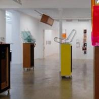 Misschien wel de meest invloedrijke kunstenaar van de afgelopen decennia, Isa Genzken (1948). Ze is een Duitse kunstenares die beeldhouwkunst gestudeerd heeft maar inmiddels alle mogelijke vormen hanteert. Dat maakt […]