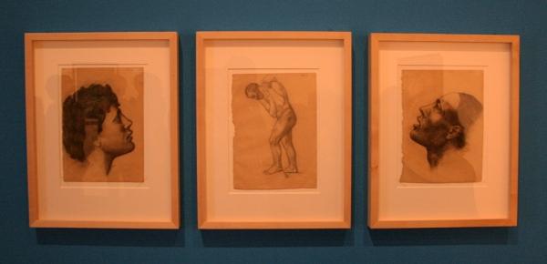 links; Kop van een jongen, midden; Man die een zak draagt, rechts; Kop van een man