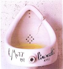 Ook Duchamp moest eraan geloven (dit is overigens een replica van de vernieling)