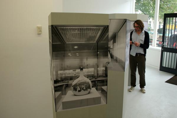 Alexandra Leykauf - Vitrine 1 (Persische Flasche) - 50x50x175cm Hout en zwart-wit prints