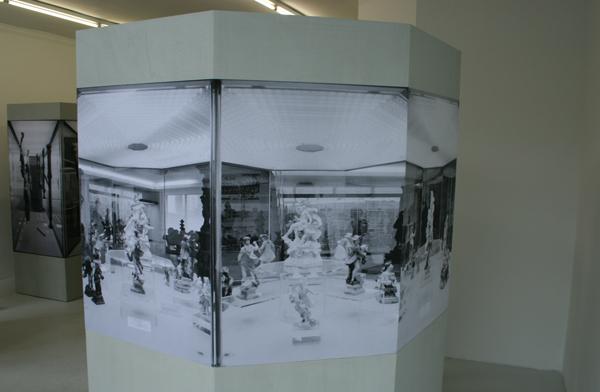 Alexandra Leykauf - Vitrine 4 (8-hoek) - 8 zijden van 57x198cm Hout en zwart-wit prints