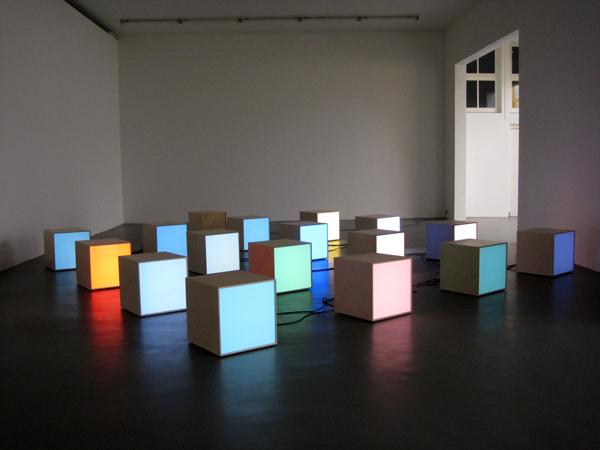 Angela Bulloch - Fundamental Discord16 - 51x51x51cm 16DMX boxen 1 zwarte box module