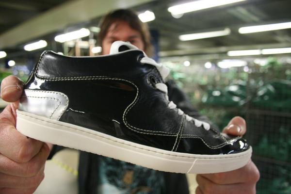 Floris van Bommel presenteert Textures schoenen in de Van Bommel fabriek te Moergestel