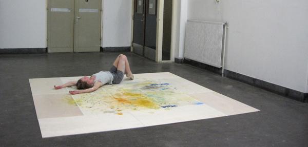 Elsbeth Ciesluk & Raphael Langmair - Untitled - Squaredance, performance, installatie, hout, tape, verf, flessen_2