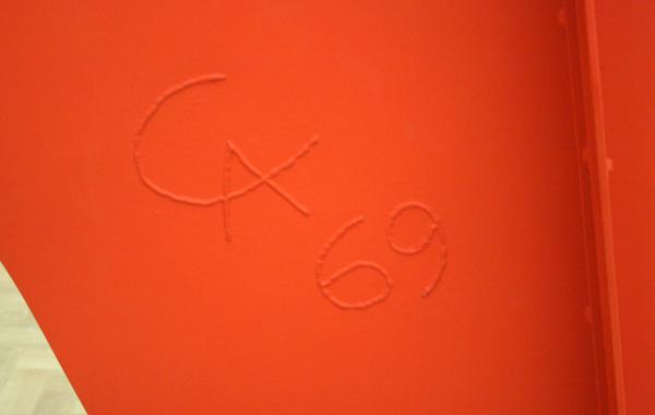 Alexander Calder - La Grande Vitesse (1 op 5 middelgrote maquette) - Metaalplaat, bouten en verf (detail)