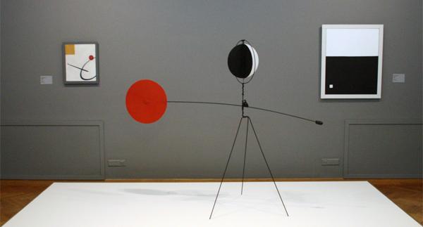 Alexander Calder - Rode en gele vaan - Metaalplaat, metaaldraad, lood en verf