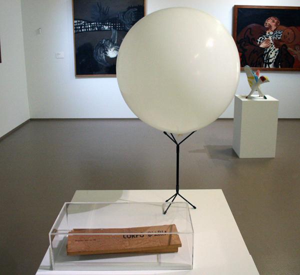 Piero Manzoni - Corpo d'aria - Metaal, hout en rubber