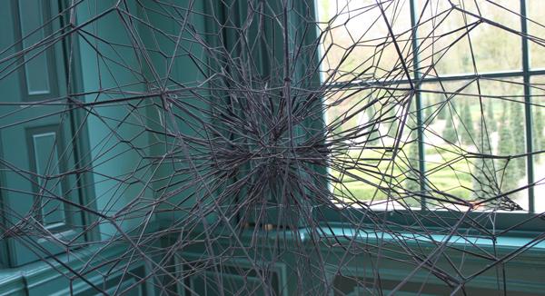 Thomas Saraceno - 12 Space Elevetor - Visdraad en zwarte spinnenweb dingen