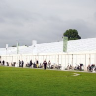 Vandaag opende de tweede edities van de Amsterdam Art Fair. Vorig jaar was het in de Citroengarage, dit jaar is gekozen voor een tent op het museumplein. Dat blijkt een […]
