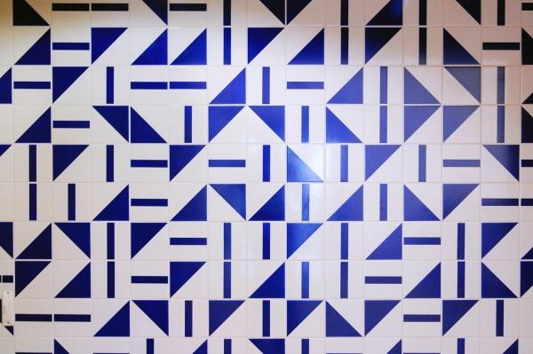 Athos Bulcao - Tile panel from Brasilia TV Tower - 15x15cm voor iedere tegel, volledige muur 353x1295cm