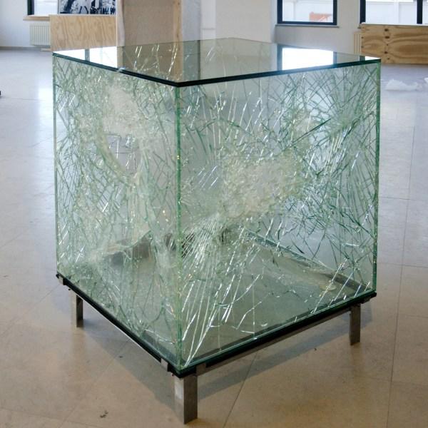 Sarah van Sonsbeeck - One Cubic Meter of Broken Silence - Gevandaliseerd glas object, glas, staal en baksteen