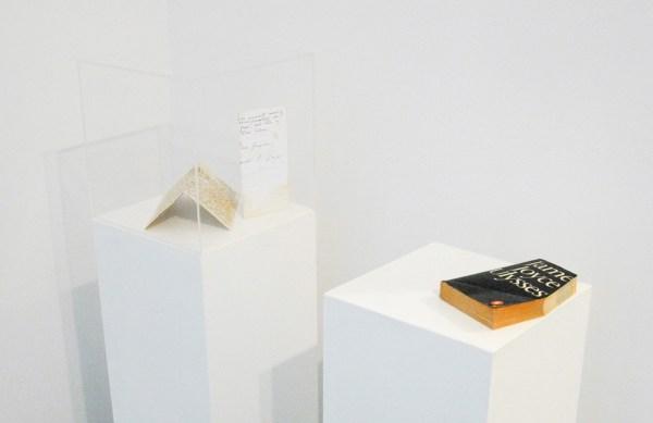 Dora Garcia - 12 attempts to forge a letter from Joyce to Ibsen - 5maal 20x21cm Inkt op in thee gedrenkt papier & Ulyses - 20x13x3cm Boeksnede (1986 editie van Ulysses van Joyce op sokkel)