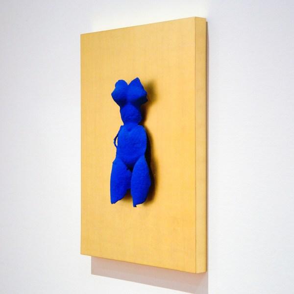 Yves Klein - Venus Bleue -90x70x7cm, IKB Pigment op brons en bladgoud op paneel, onbekend jaartal
