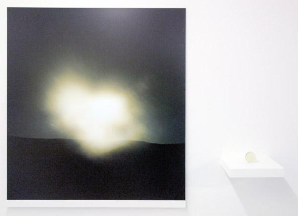 Oscar Santillan - Solaris (3AM) - 100x120cm, Inkjetprint & 6cm, Lens van woestijn zand