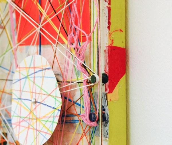 Austin Eddy - Webs, Wires, Weekends - 40x30cm, Papier, hars, draad, textiel, punaises, olieverf, acrylverf, licht en klokmotortje (detail)