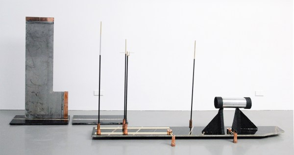 David Jablonowski - Public Hybrid (New Infrastructures 3, Version B) - 150x260x59cm Marmer (sahara noir), aluminium, staal, koper, messing, 3D print (koolstofvezel en polypropulene)