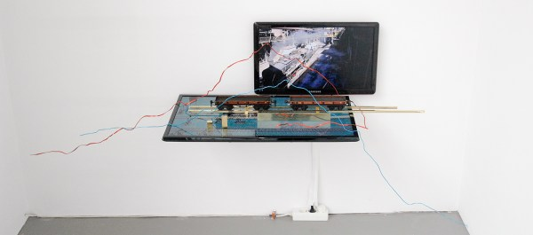 David Jablonowski - The Golden Rules of Flaming (Remasted) - 85x170x50cm Messing, Marklin trein, aluminium, TV en video