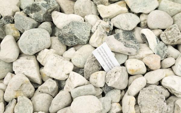 Tom van Veen - Pittu, Een fragment - Stenen en boekje