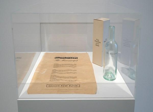 Marcel Broodthaers - Le Manuscrit Troeve dans une bouteille - Bordeaux wijnfles met opschrift, the Manuscript 1833, met tekst in kartonnen doos met titel in drie talen,