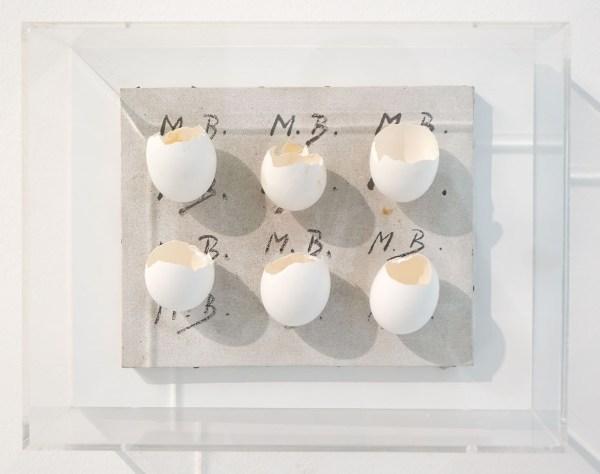 Marcel Broodthaers - Tableau d'Oeufs (Meilleurs voeaux) - Doek, eierschalen en verf