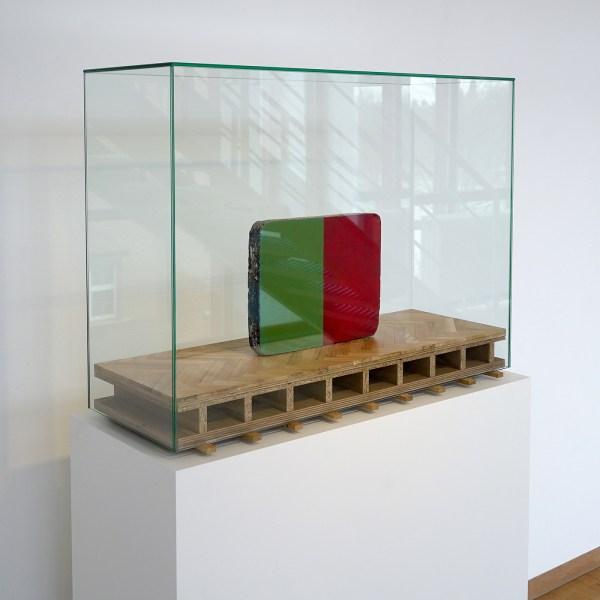 Mark Manders - Painted Object - Beschilderd steen, hout en glas