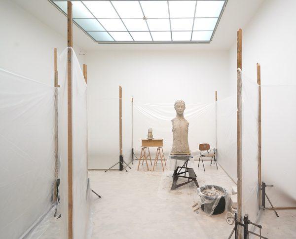 Mark Manders - Room with Unfired Clay Figure - Beschilderd brons, hout, plastic, beschilderd keramiek, stoel en beschilderd epoxy