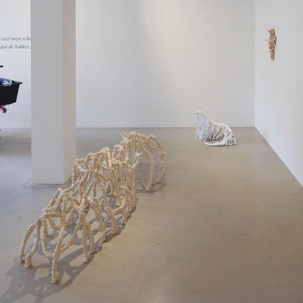 Anastasia Kiseleva - Untitled 3 - 60x200x60cm, Keramiek & Untitled 1 - 60x60x60cm, Keramiek & Untitled 2 - 15x35x25cm, Keramiek, brood en bijenwas