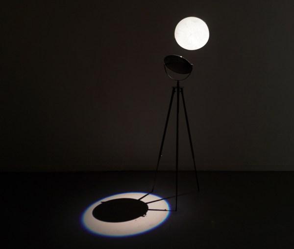 Marjolijn Dijkman - Mirror Worlds - Lichtinstallatie, metalen statief en magic mirror
