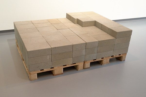 David Rickard - A Roomful of air - Betonblokken op houten pallet