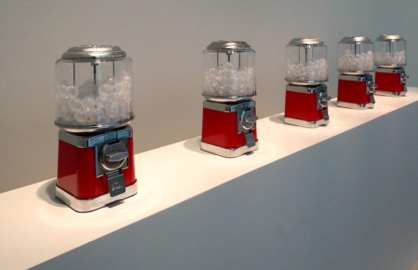 Yoko Ono - Air Dispensers - Vijf automaten met plastic capsules met lucht