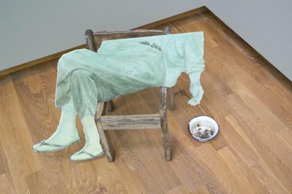 Arturo Kameya - Ashes - Acrylverf en ClayShay op hout, houten stoel en tinnen kom